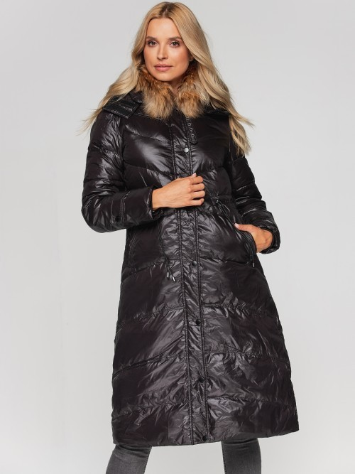 Długi płaszcz z futrem przy kołnierzu